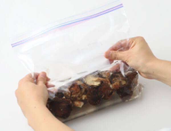 保存袋の空気を抜くイメージ